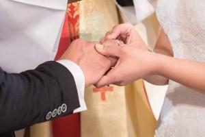 Noiva colocando aliança no noivo
