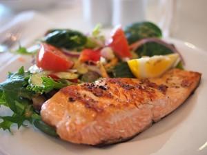 Prato com peixe assado