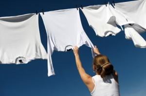 estendendo roupa